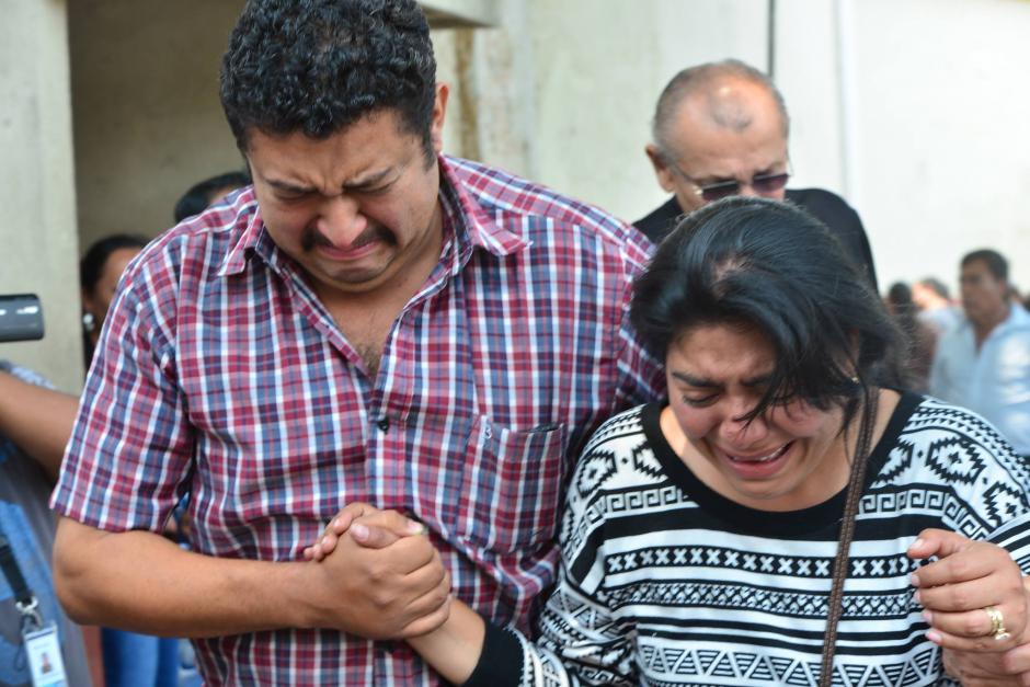 Don Carlos y doña Gabriela se encuentran en las afueras del Inacif tras el reconocimiento del cuerpo en la morgue. (Foto: Jesús Alfonso/Soy502)