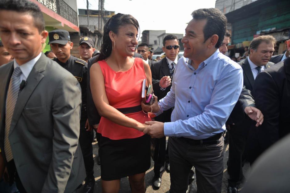El presidente Jimmy Morales saludo a los presentes en el mercado La Terminal. (Foto: Wilder López/Soy502)