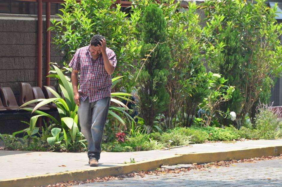 Don Carlos camina hacia las afueras del Inacif buscando una explicación al sufrimiento que le deja la pérdida de Alexander. (Foto: Jesús Alfonso/Soy502)