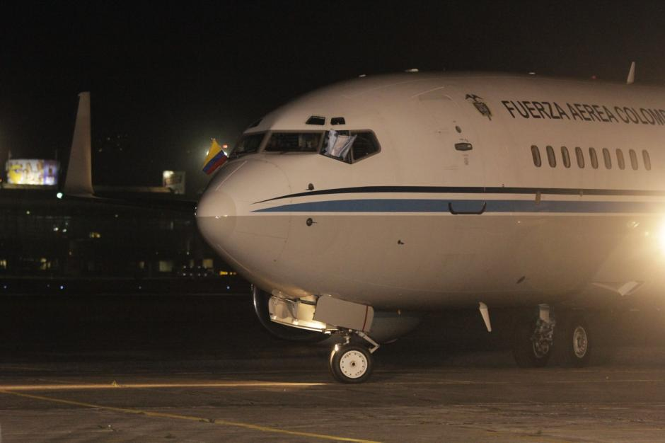 El avión de la Fuerza Aérea Colombiana arribó a Guatemala alrededor de las 21 horas. (Foto: Fredy Hernández/Soy502)