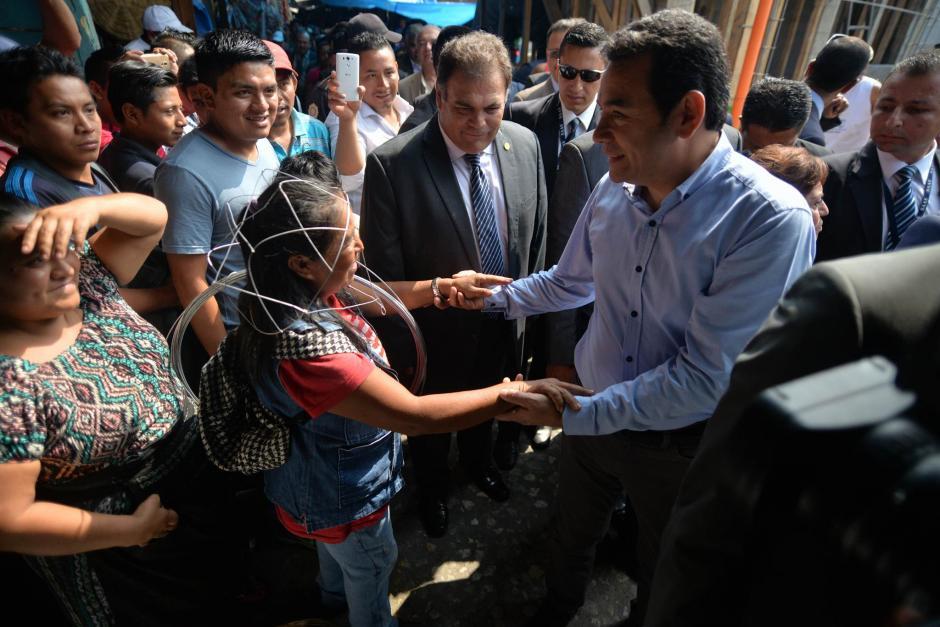 El mandatario Jimmy Morales saludó a los vendedores del Mercado La Terminal. (Foto: Wilder López/Soy502)