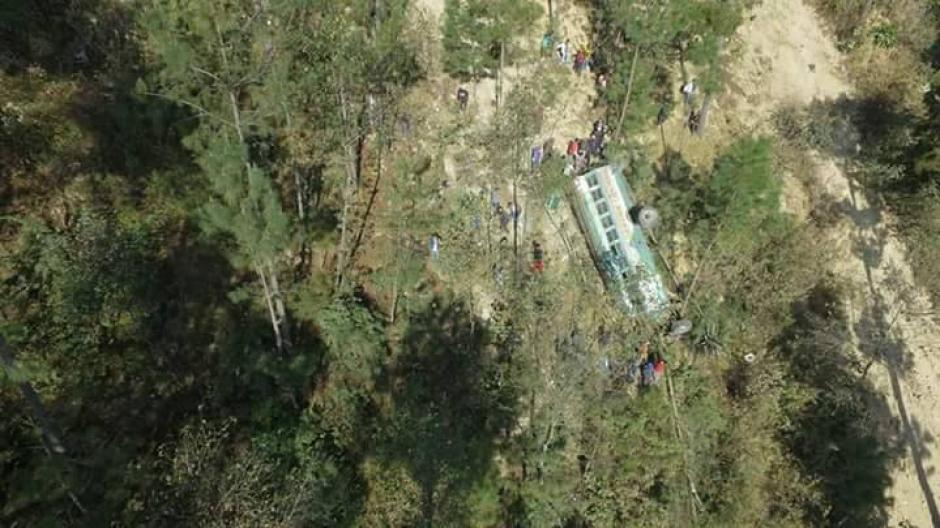 El bus que se accidentó en Nahualá, Sololá, es de los transportes Tacaná de San Marcos. (Foto: Knal 4 Quiche / Facebook)