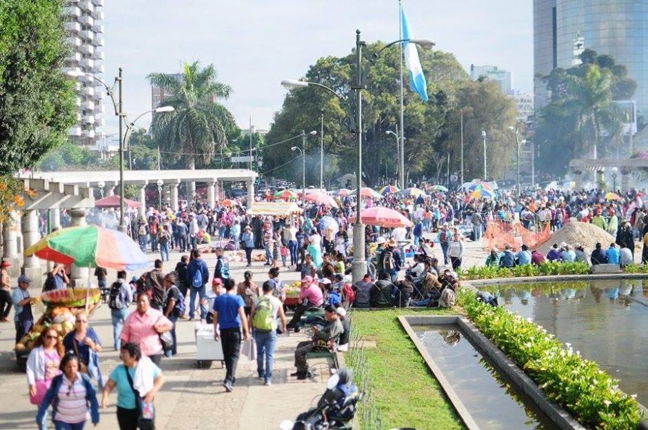 Cientos de maestros se reunieron en el Obelisco para participar en una manifestación. (Foto: Alejandro Balán/Soy502)