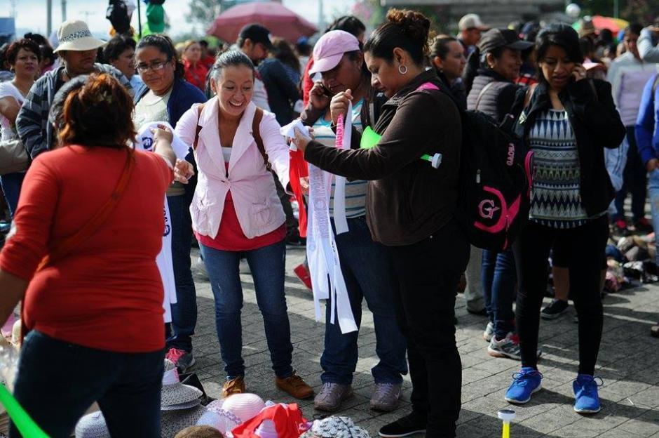 Maestros adquieren artículos para cubrirse del sol durante protesta. (Foto: Alejandro Balán/Soy502)
