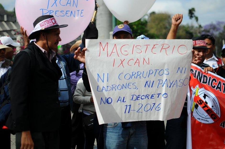 Los maestros manifiestan contra el aumento a jubilados que será financiado por empleados del Estado. (Foto: Alejandro Balán/Soy502)