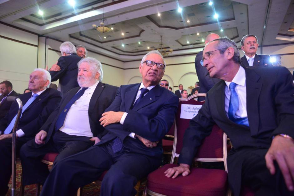 Los dos expresidentes conversan previo al comienzo del evento. (Foto: Jesús Alfonso/Soy502)