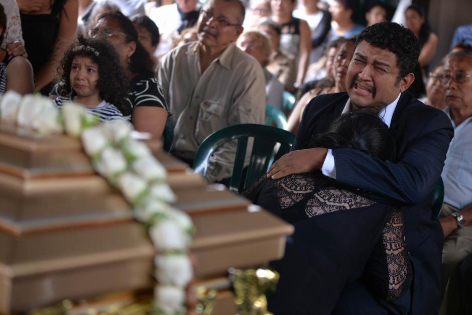 Los padres de Alexander Aldana le dan el último adiós durante una misa de cuerpo presente. (Foto: Wilder López/Soy502)