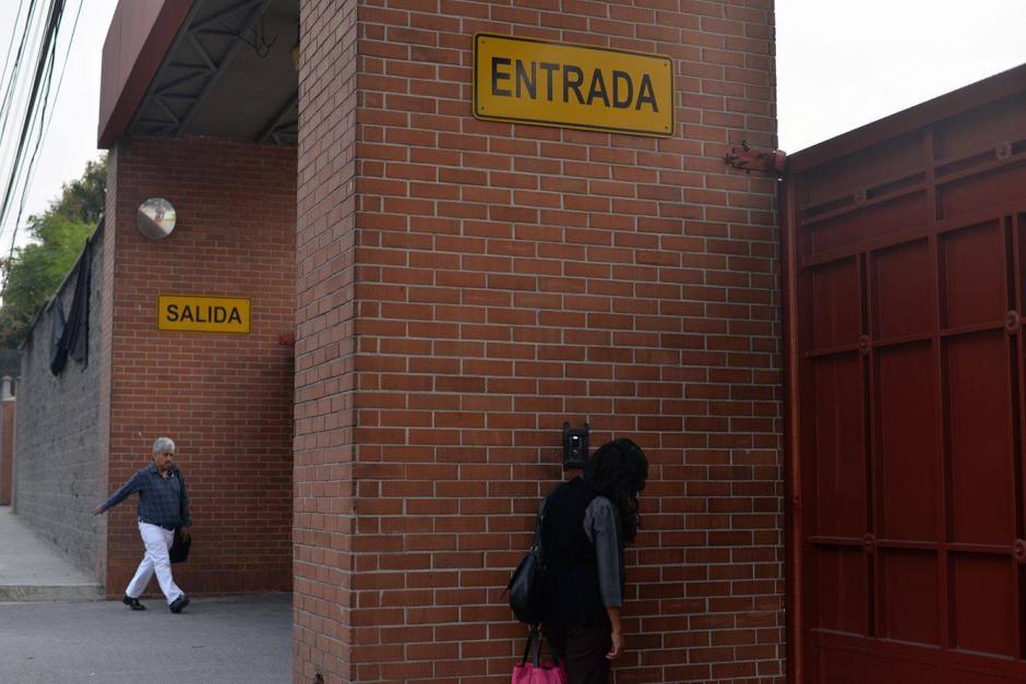 Personas esperan ingresar en el portón del Liceo Javier. (Foto: Wilder López/Soy502)