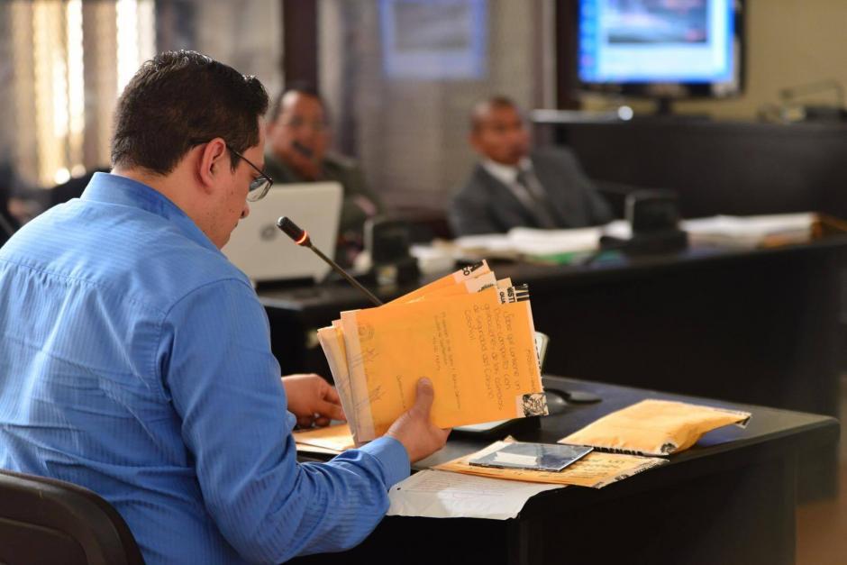 Un experto del Ministerio Público explicó el proceso de embalaje de los videos. (Foto: Jesús Alfonso/Soy502)