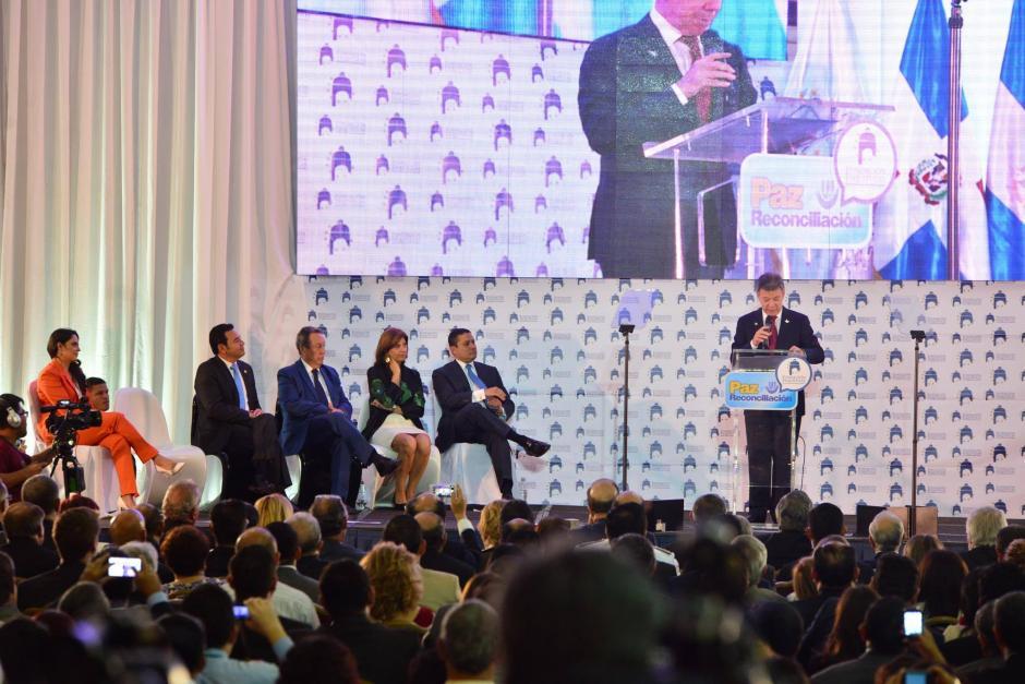 El presidente Jimmy Morales y el expresidente Vinicio Cerezo escucharon la intervención de Santos (Foto: Jesús Alfonso/Soy502)