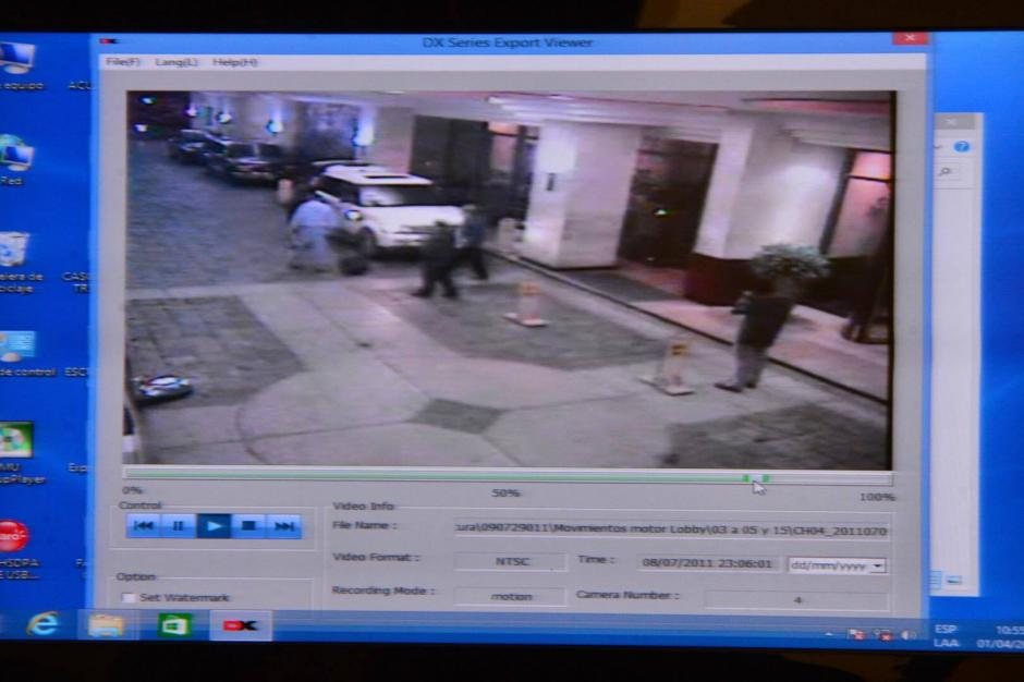 Las cámaras captaron el momento en que el cantautor y el empresario Henry Fariñas salieron del hotel en un vehículo. (Foto: Jesús Alfonso/Soy502)