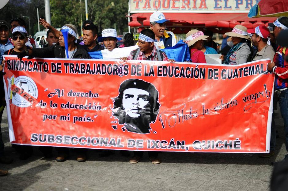 Un grupo de maestros de Ixcán, Quiché, participan en la marcha pacífica de docentes. (Foto: Alejandro Balán/Soy502)