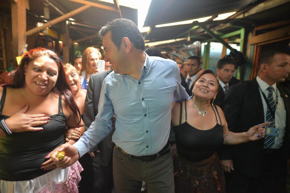 El presidente Jimmy Morales visitó el Mercado La Terminal y donó 20 mil quetzales. (Foto: Wilder López/Soy502)