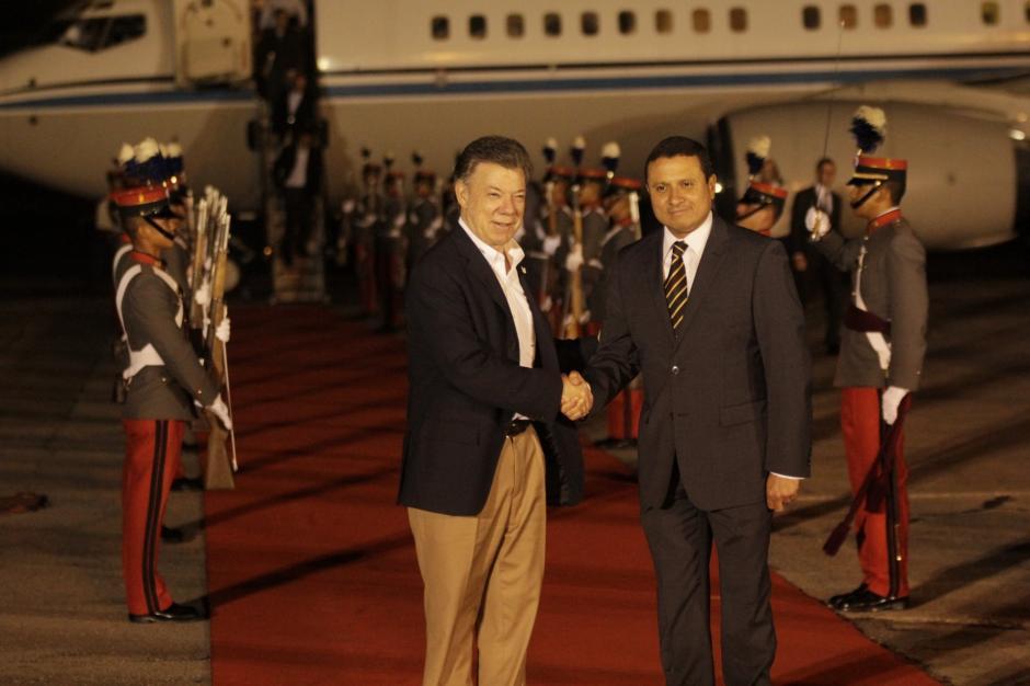 El presidente de Colombia, Juan Manuel Santos, fue recibido en el país por el canciller guatemalteco Raúl Morales. (Foto: Fredy Hernández/Soy502)