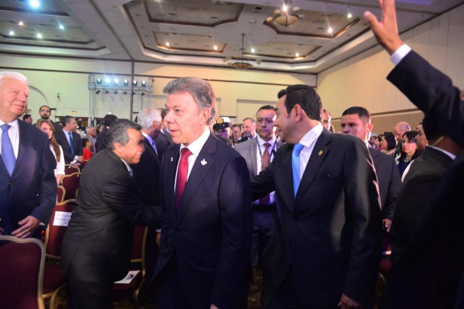 El presidente Santos llega al salón de la conferencia acompañado de Jimmy Morales, que saluda a su compañero de FCN, el diputado Edgar Ovalle. (Foto: Jesús Alfonso/Soy502)