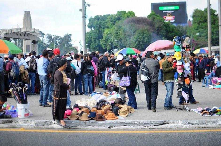 Vendedores se instalan en el Obelisco para comercializar sus productos. (Foto: Alejandro Balán/Soy502)