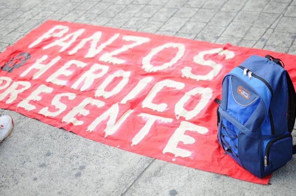 Maestros de Panzós participan en manifestación pacífica que se dirige hacia el Centro Histórico. (Foto: Alejandro Balán/Soy502)