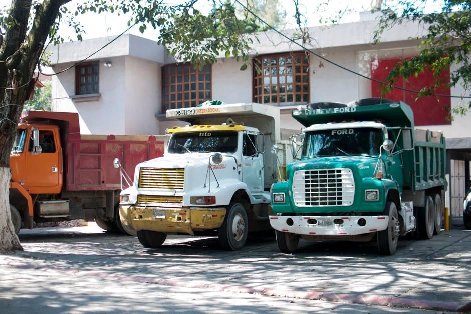 Camiones extraen tierra del interior del edificio en el que se encontraba la Boutique Emilio. (Foto: Alejandro Balán/Soy502)