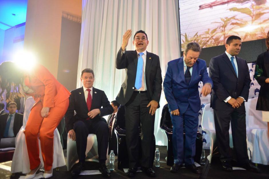 Al terminar el discurso Jimmy Morales saludó al público. (Foto: Jesús Alfonso/Soy502)