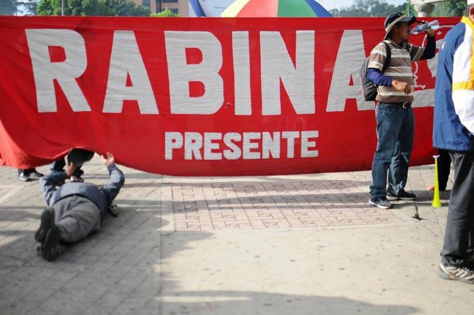 Maestros de Rabinal participan en marcha pacífica que se dirige al Centro Histórico. (Foto: Alejandro Balán/Soy502)