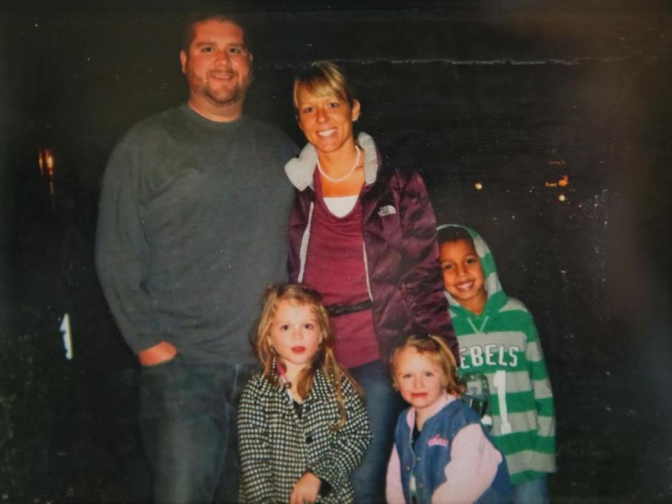 Cruz, junto a sus padres y sus hermanas,Lanie, 5 y Miley, 7. (Foto:Alton Strupp/The Courier-Journal)