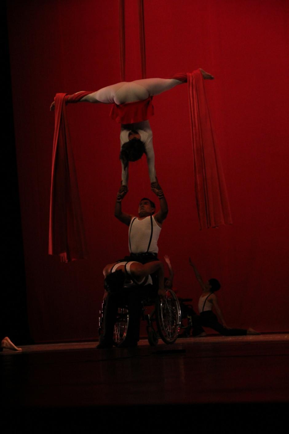 La mujer tomó de los brazos a un joven con capacidades especiales y lo sostuvo por unos segundos en el aire hasta que este dio una vuelta sobre sí mismo y aterrizó atrás de su silla de ruedas. Una acrobacia que se robó los aplausos de más de 2 mil personas (Foto: Alexis Batres/Soy502)