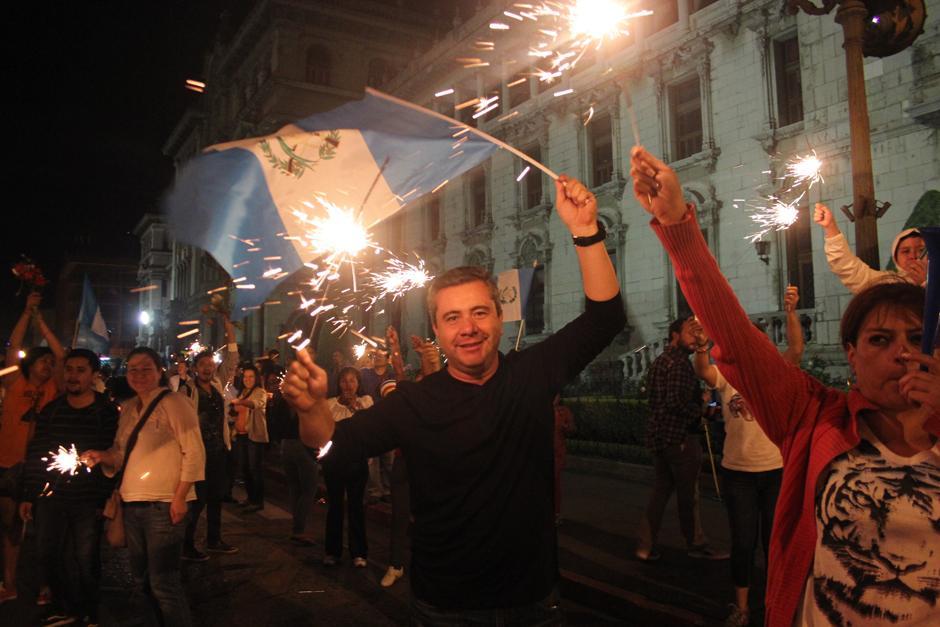 Los manifestantes encendieron sus antorchas y quemaron fuegos artificiales con tal de mostrar su descontento. (Foto: Alejandro Balam/Soy502)