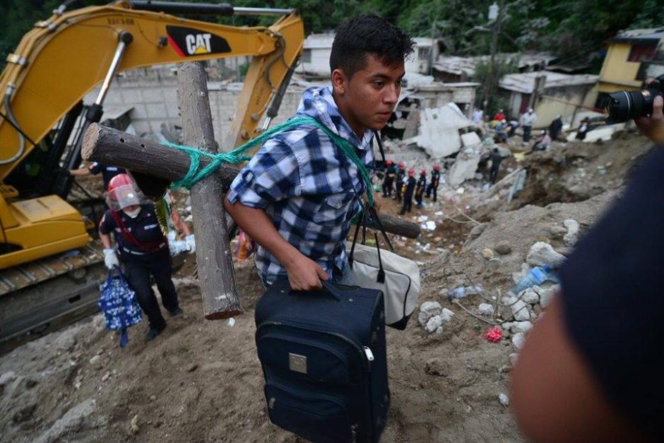 Sobrevivientes de la tragedia lograron rescatar parte de sus pertenencias.(Foto: Soy502/Wilder López)