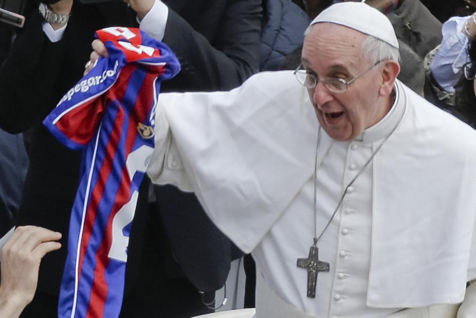 El papa Francisco mostró orgulloso la camiseta de San Lorenzo que recibió como regalo durante un recorrido, este club de fútbol argentino es el preferido del papa, quien además es socio. (Foto: AFP)
