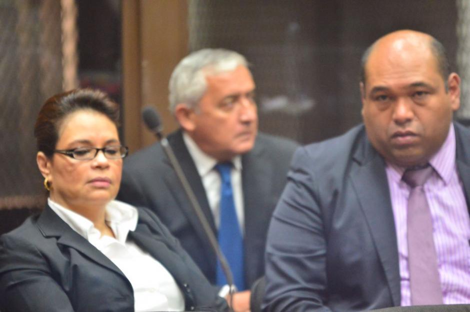 Benjamín Estrada junto a Baldetti y el expresidente Otto Pérez Molina en la sede del juzgado de Mayor Riesgo B. (Foto: Jesús Alfonso/Soy502)