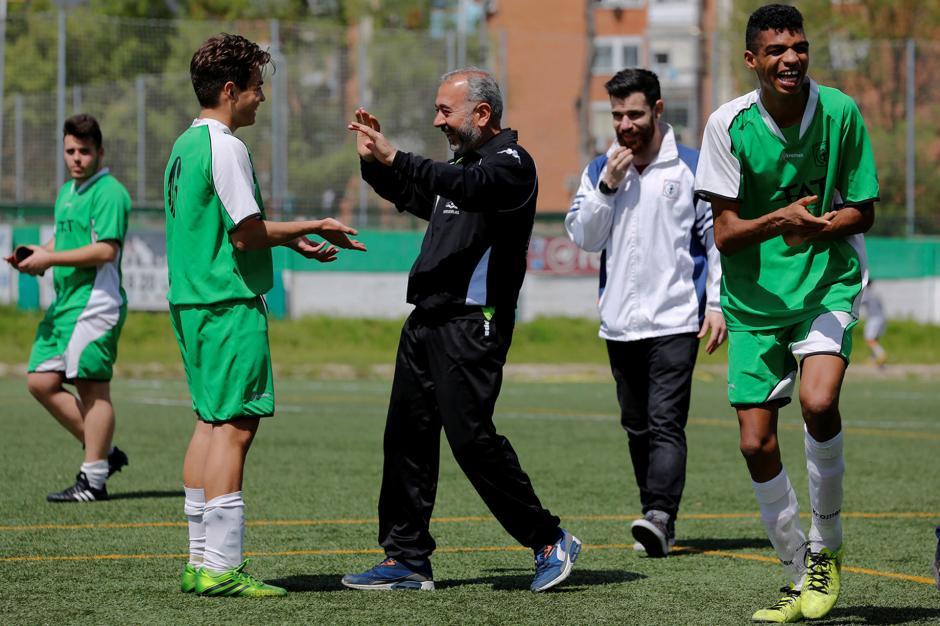 La historia de Mohsen llamó la atención de la escuela de entrenamiento de fútbol que lo contrató como entrenador. (Foto: Infobae)