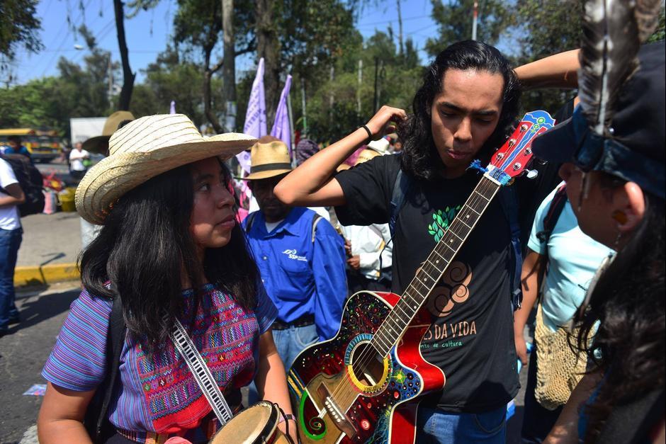 Con un grupo de músicos cantaron sus consignas. (Foto: Jesús Alfonso/Soy502)