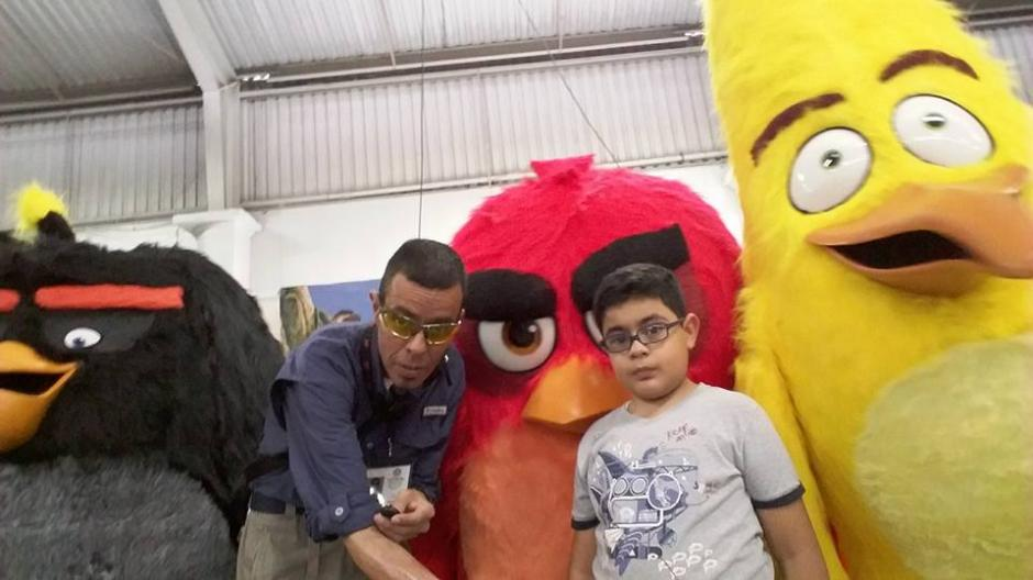 El comunicador apoya a su hijo que lo acompaña a muchas de sus actividades periodísticas. (Foto: Facebook Roverto Orellana)