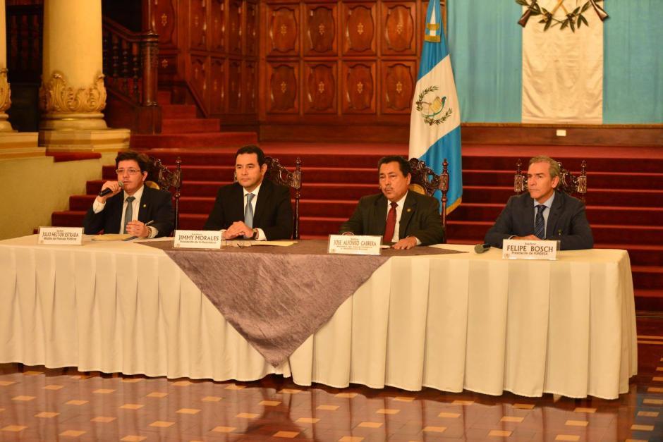 Durante la conferencia acompañaron a Jimmy Morales el Ministro de Finanzas, el Ministro de Salud y el presidente de Fundesa. (Foto: Jesús Alfonso/Soy502)