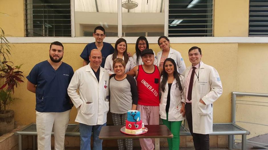 Los médicos que lo atendieron se convirtieron en su segunda familia. (Foto: Facebook/Leandro Rivas)