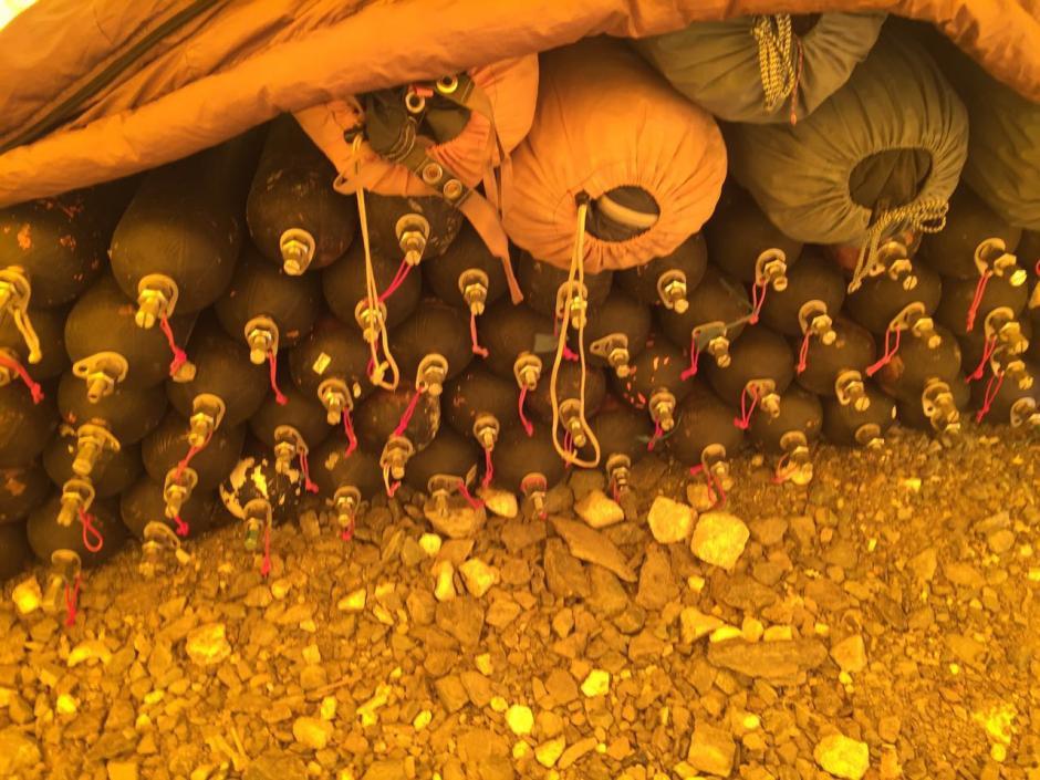 Estos son los tanques de oxígeno que llevaba su grupo de alpinistas. (Foto: Facebook/Bárbara Padilla)