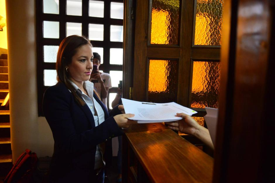 La diputada Alejandra Carrillo entregó el recurso ante la CC. (Foto: Jesús Alfonso/Soy502)