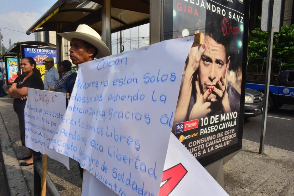 Un grupo de manifestantes solicita que se deje en libertad a militares retirados. (Foto: Jesús Alfonso/Soy502)