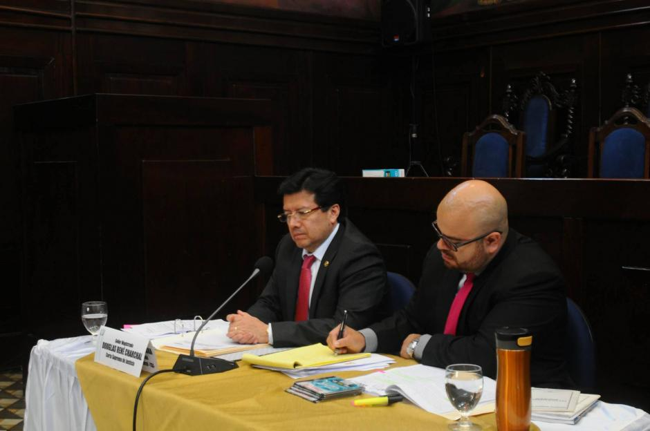 El magistrado Charchal  entregó copia del amparo presentado ante la CC a los miembros de la comisión pesquisidora. (Foto: Alejandro Balán/Soy502)