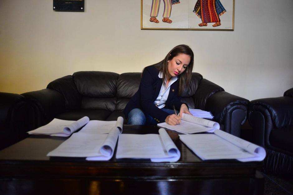 La legisladora firma todas las copias necesarias para el trámite. (Foto: Jesús Alfonso/Soy502)