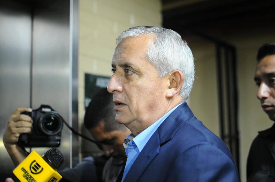 El exmandatario Pérez Molina se prepara para la continuación de la audiencia de primera declaración por el caso TCQ. (Foto: Alejandro Balán/Soy502)