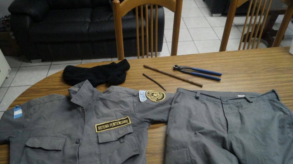 Vista del uniforme del Sistema Penitenciario, que sería usado por un reo para fugarse. (Foto: MinGob)