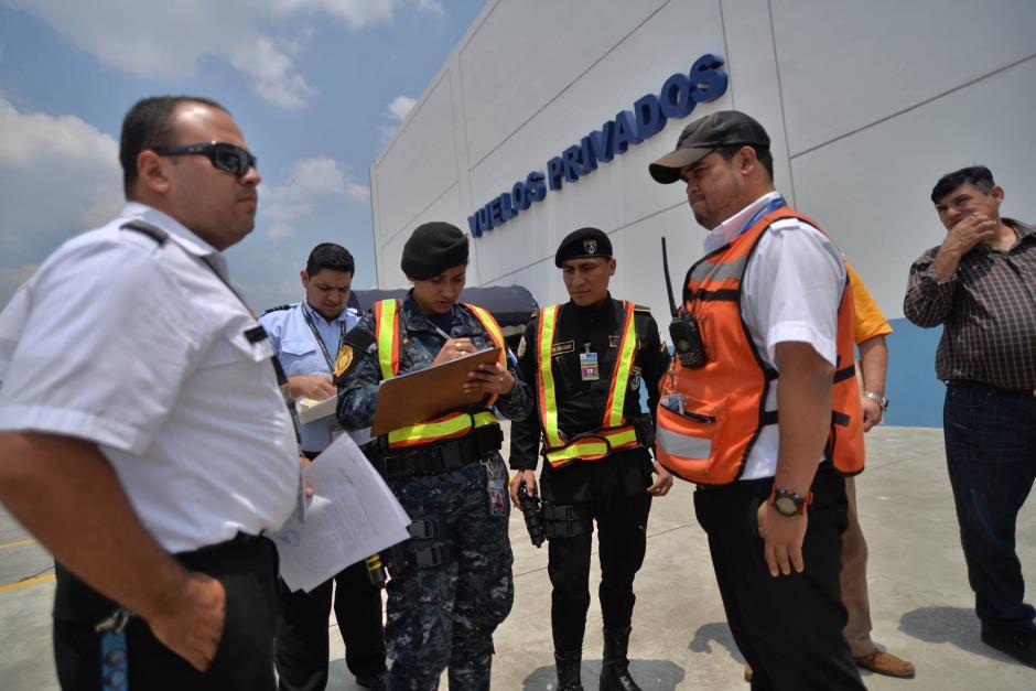 Pilotos llenan formularios aduaneros para poder despegar. (Foto: Wilder López/Soy502)