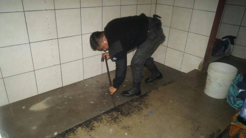 Un guardia penitenciario realiza una revisión del área donde se encontró el uniforme. (Foto: MinGob)