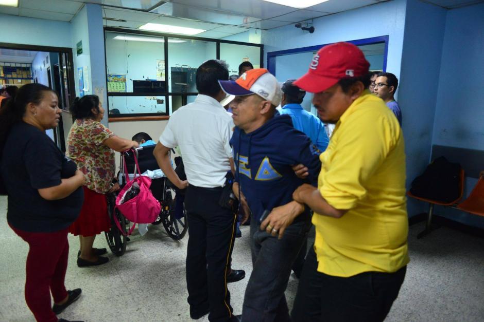 La emergencia del hospital no cerró, a pesar de que amaneció inundada. (Foto: Jesús Alfonso/Soy502)