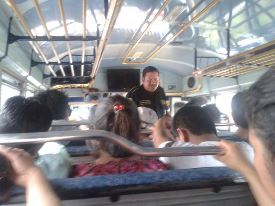 El agente López Rodríguez realiza oración en los autobuses que patrulla. (Foto: Facebook/Roberto Petz Monterroso)