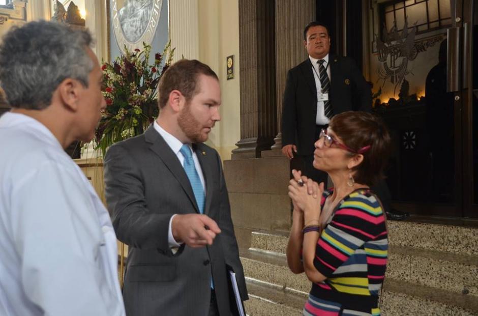 Los artistas se ubicaron en una de las entradas al hemiciclo para poder hablar con los diputados. (Foto: Cortesía José Castro)
