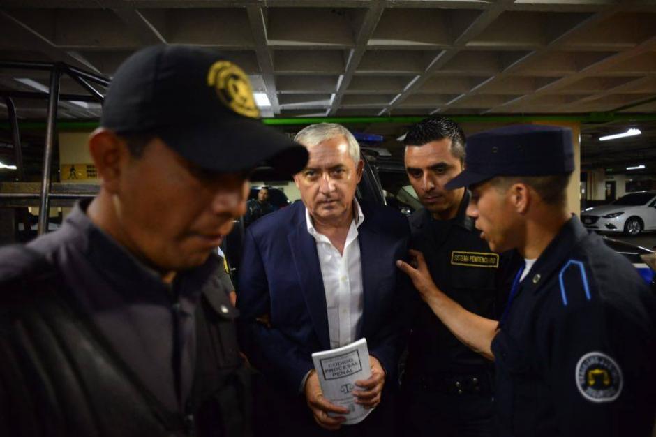 Pérez Molina nuevamente llevó consigo una copia del Código Procesal.   (Foto: Jesús Alfonso/Soy502)