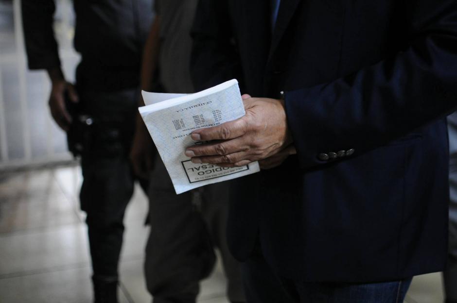 El expresidente Pérez Molina lleva consigo una copia del Código Procesal. (Foto: Alejandro Balán/Soy502)