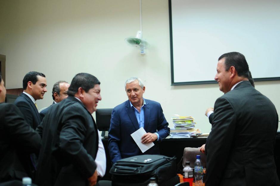 El ex presidente Otto Pérez Molina conversa con sus abogados y otros sindicados al terminar otra jornada de la audiencia de primera declaración del caso TCQ. (Foto: Alejandro Balán/Soy502)